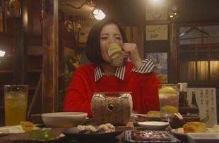 鎌田倫子(かまたりんこ・吉高由里子)が居酒屋「呑んべえ」でやけ酒風に一人で飲んでいた