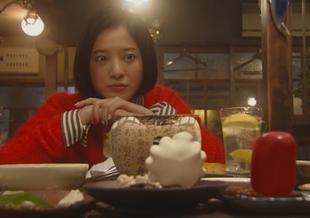 東京タラレバ娘で注文したレバーとタラの白子を見るとひょこっと赤い四角い固まりと、白いモコモコフワフワの妖精さん?キャラクターが登場